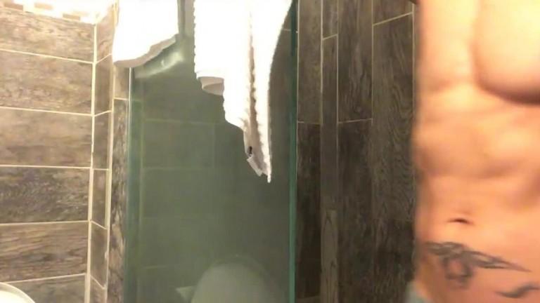 Rafael Alencar fazendo pegação no Banheiro