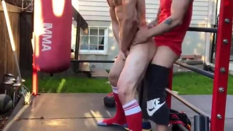Emprestando o cu pro amigo