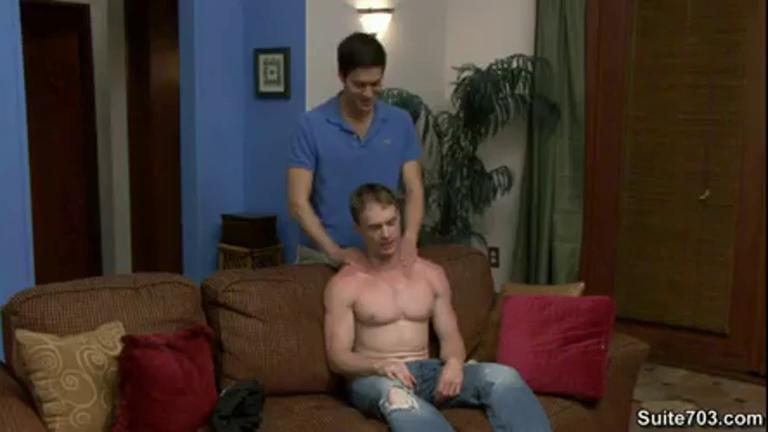 Levando uma massagem do amigo