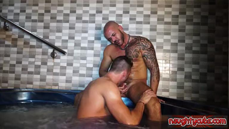 Sendo enrabado pelo urso gostoso na sauna
