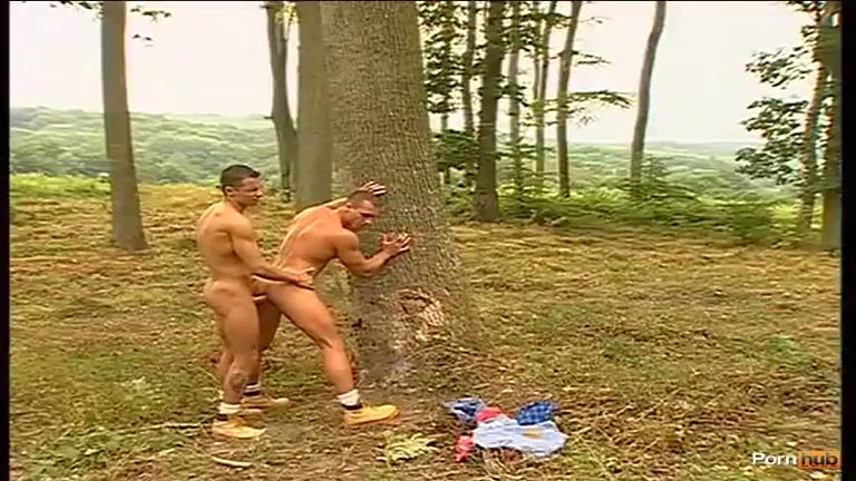 Sendo abusado na floresta pelo cara pelado