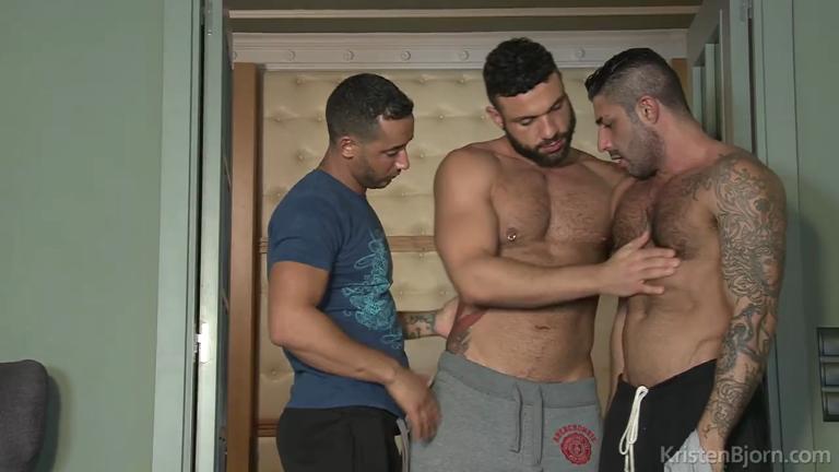 3 machos tesudos numa putria bareback