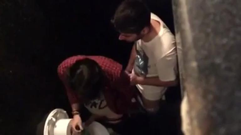 Filmando escondido os carinhas trepando no banheiro da balada