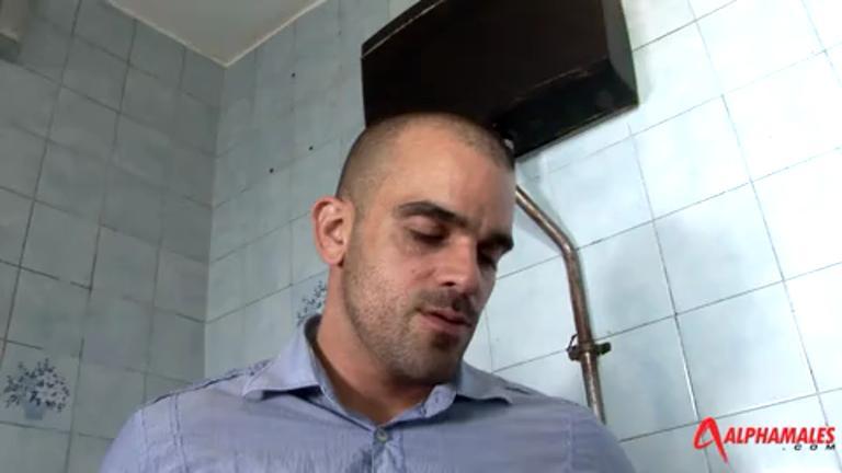 Segui meu amigo na banheiro e chupei a maior rola da minha vida