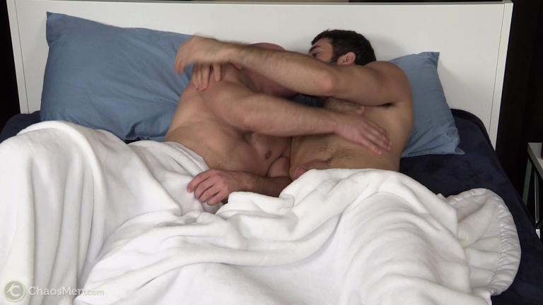 Puta tesao em um peito peludo