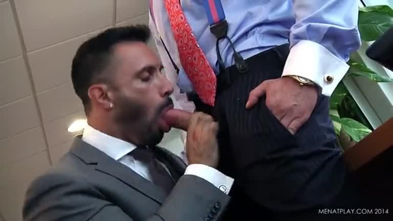 Engravatados fodendo no escritório