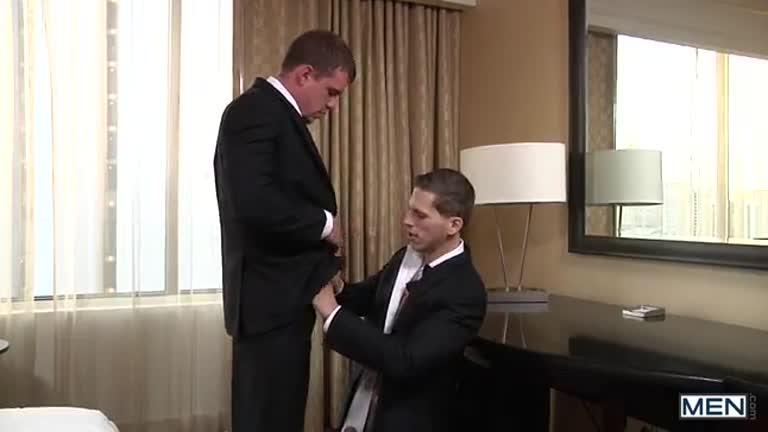 Noivo dando para seu padrinho (Roman Todd e Darin Silvers)