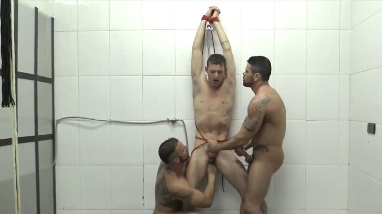 Dominado por dois machos no banheiro