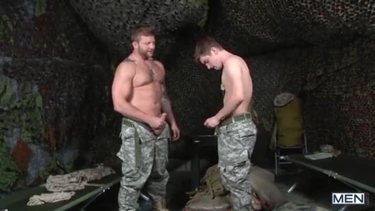 O cabo Johny dando o rabo para o Capitão Colby
