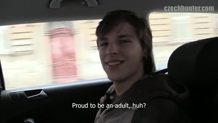 Czech Hunter fode loirinho dentro do taxi com motorista assistind.