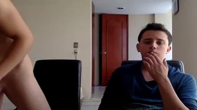 Chupando o pau do amigo hetero com a webcam ligada