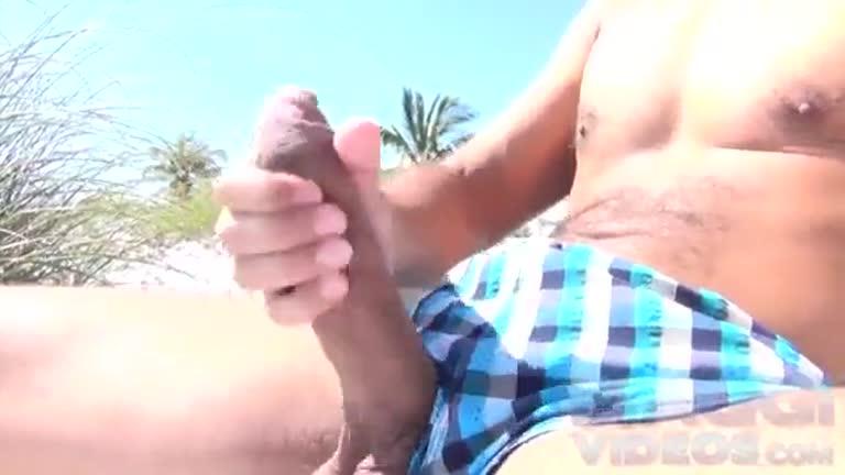 Antonio Biaggi batendo uma na praia