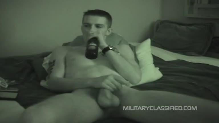 Bebendo cerveja, fumando maconha e sendo chupado pelo amigo gay