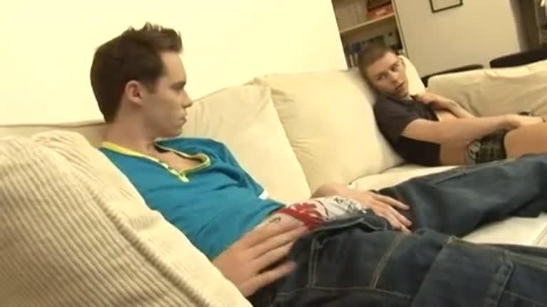brincando no sofa com o primão roludo