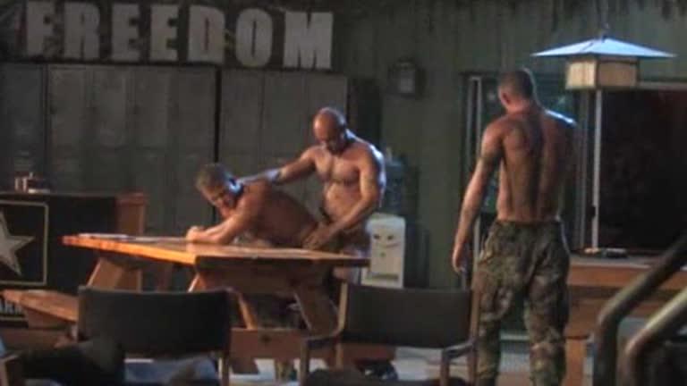 Soldados bebados comendo o cu do passivo