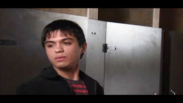 Adolescente e guardas de segurança no Shopping Toilettes