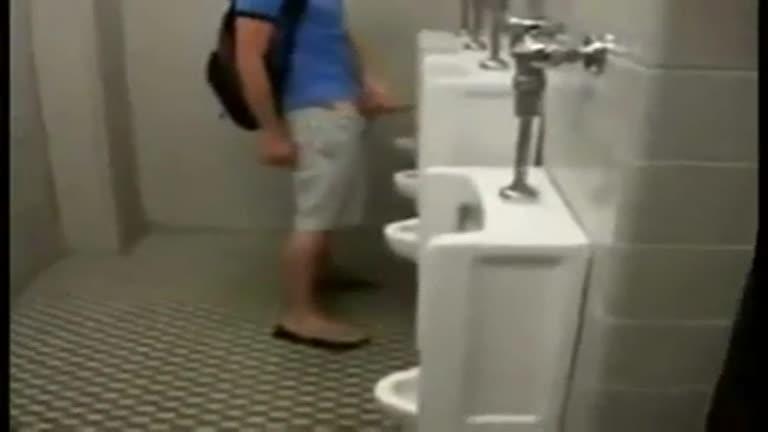 Delícia de flagra no banheiro da Rodoviária