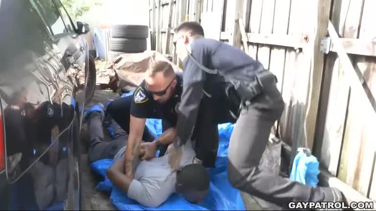 Policiais Dando para Negão - 3