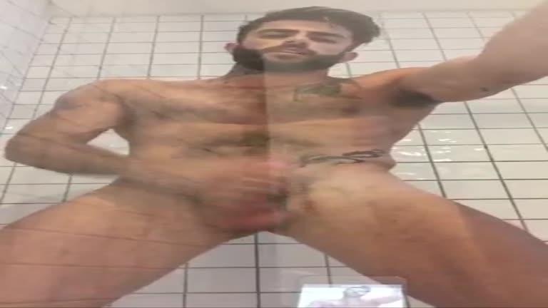 Harry Louis punhetando no banheiro