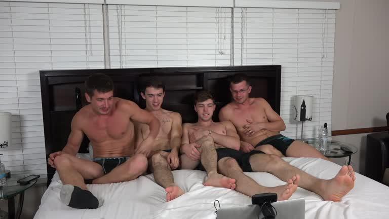 Quatro machos dividindo uma cama