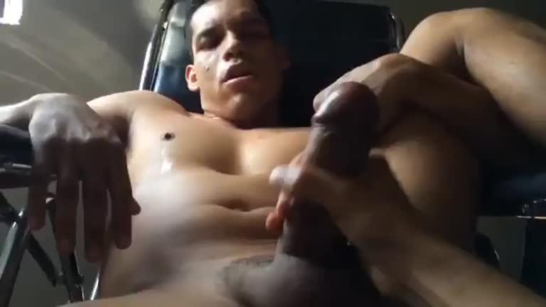 Alejandro Castillo gozando com mão amiga