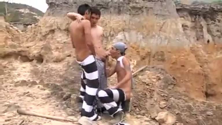 prisioneiros e guarda quente