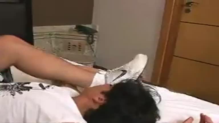 Novinho adorando os pés, meias e os tênis do dominador profissional Leandro Tavares