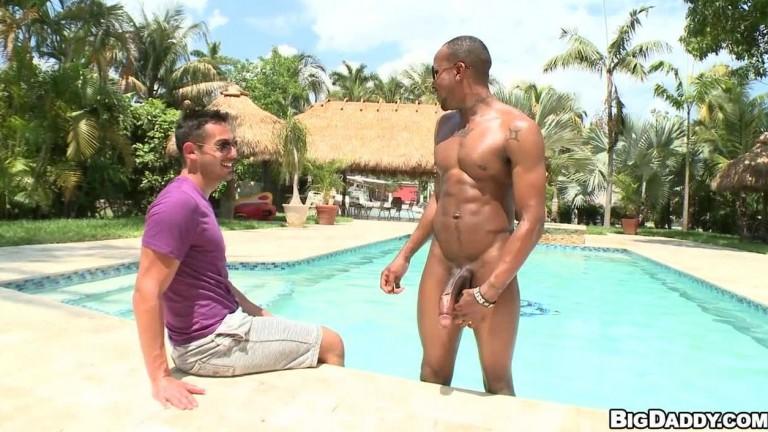 Negão roludo da piscina