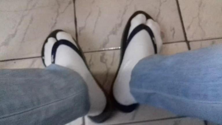 Tirei o tênis e calcei meu chinelo com meias, muito excitante