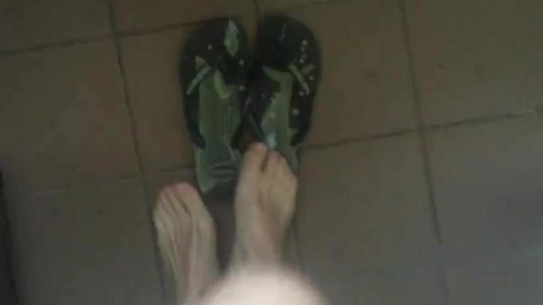 Gozando nas Havaianas rapaz de Sp tem fetiche pelo seu chinelo