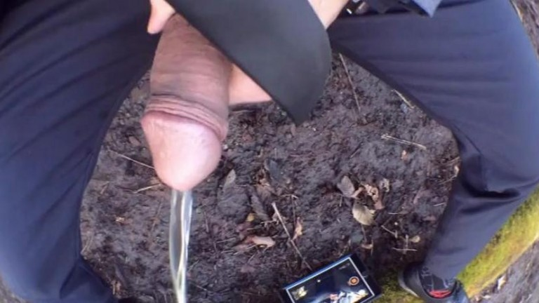 Blackey Madison mijando e se chupando na floresta